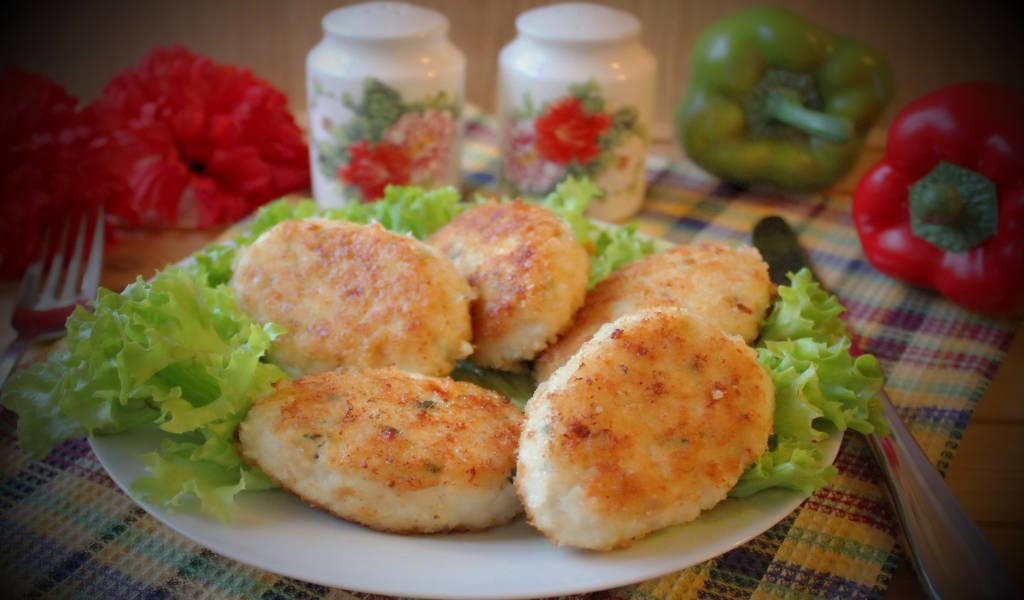 Рецепт приготовления пряных котлет из курицы с луковым соусом.