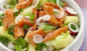Простой салат из картофеля и лосося