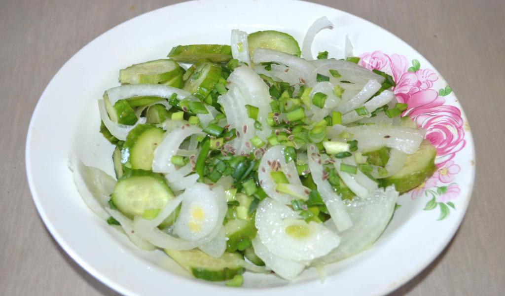 Простой салат из огурцов.